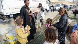 Niños de la minoría yazidí reciben juguetes y ayuda humanitaria en el monte Sinjar, el 22 de diciembre de 2014.