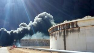 Des installations pétrolières après une attaque du groupe Etat islamique, à Ras Lanouf, le 23 janvier 2016.