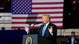 美国总统特朗普在一次集会上发表讲话 2018年10月13日