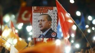 Des supporters du président turc Erdogan à Istanbul, le 2 novembre 2015, après l'annonce de la victoire de l'AKP.
