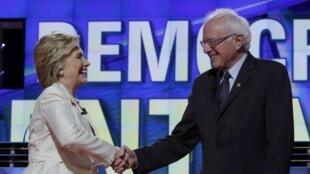 Hillary Clinton e Bernie Sanders em um debate organizado pela CNN, no dia 14 avril 2016.
