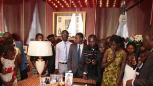 La visite guidée des 51 meilleurs élèves de Côte d'Ivoire, dans les bureaux du Palais de la Présidence ivoirienne, Abidjan, jeudi 10 août 2017.