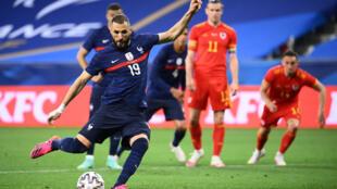 L'attaquant français Karim Benzema rate son penalty lors du match amical contre le Pays de Galles, à Nice, le 2 juin 2021