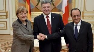 Tổng thống Ukraina Petro Poroshenko (giữa) và Thủ tướng Đức Merkel và Tổng thống Pháp Hollande - REUTERS /Ukrainian Presidential Press Service