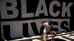 Лозунг «Black Lives Matter» на акции у Белого дома в Вашингтоне 7 июня 2020.