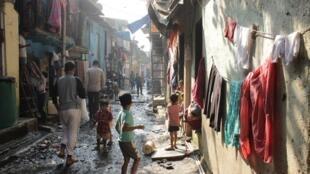 Street scene in Dharavi slum in Mumbai