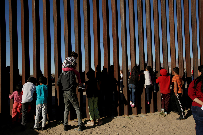 Người dân đứng trước rào ở vùng biên giới nhân một buổi thánh lễ, chống lại ý muốn của tổng thống Trump xây bức tường biên giới Mỹ-Mêhicô. Ảnh tại Ciudad Juarez, Mexico, ngày 26/02/2019.