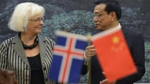 李克強與冰島首位女總理西於爾紮多蒂4月15日子人民大會堂會晤