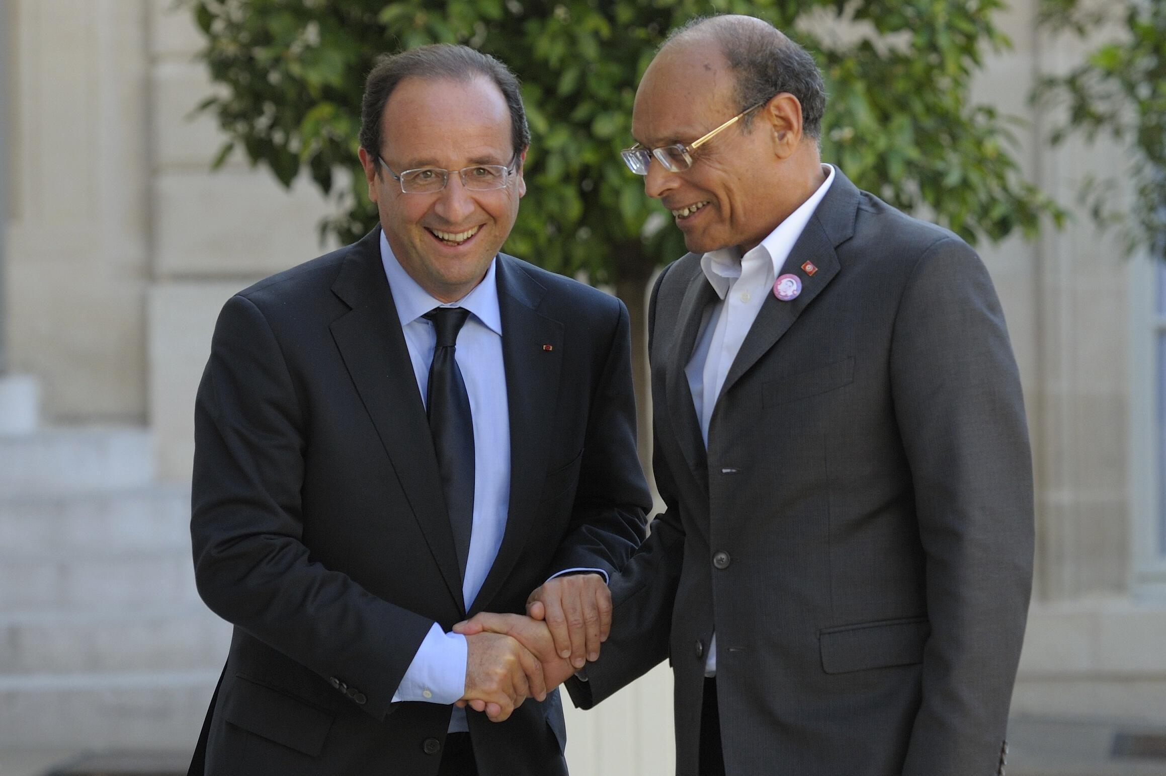 François Hollande (G) accueille son homologue tunisien, Moncef Marzouki au palais de l'Elysée à Paris, le 17 juillet 2012.