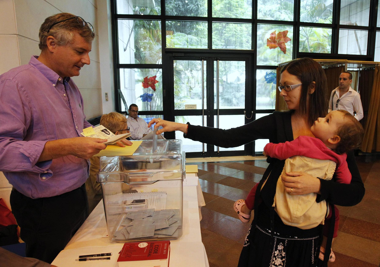 Một cử tri Pháp đi bầu cử tổng thống ở Đại sứ quán Pháp tại Hà Nội ngày 22/04/2012