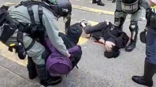 中槍抗爭者倒卧血泊中壢,另一人被制伏。