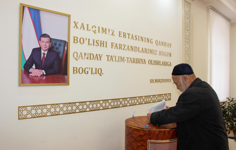 Портрет президента Шавката Мирзиёева на избирательном участке в Ташкенте 22 декабря 2019.
