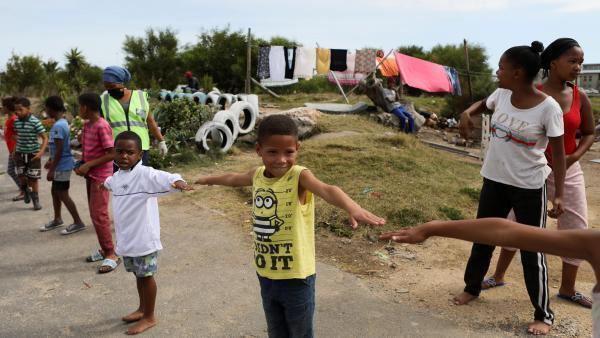 Des enfants s'entraînent à la distanciation social, au Cap, le 17 avril 2020.