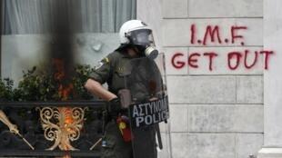 Grecia: un graffiti contra el Fondo Monetario Internacional en el centro de Atenas.