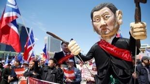 Hình nhân tượng trưng cho cựu chủ tịch Quốc hội Enkhbold Miyegombo trong cuộc biểu tình đòi giới lãnh đạo từ chức, tại thủ đô Ulan Bator, Mông Cổ, ngày 30/05/2019.