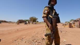 Dans certaines zones reculées du pays, l'absence des forces de sécurité (ici, un gendarme) ont contraint les populations à s'organiser en milices (photo d'illustration).