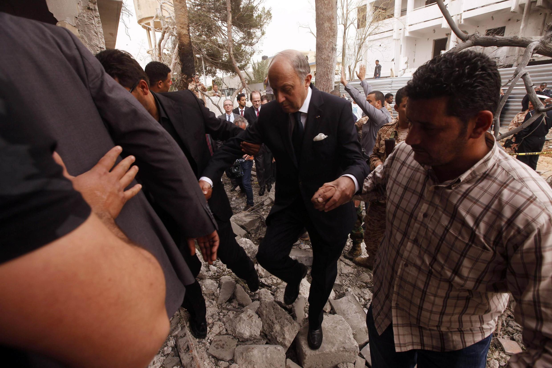 Le ministre français des Affaires étrangères Laurent Fabius sur les lieux de l'attentat.
