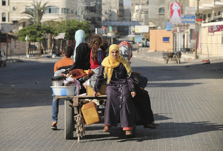 Dân Palestinie buộc phải bỏ nhà cửa, trước khi không quân Israel tăng cường oanh kích - REUTERS /Mohammed Salem