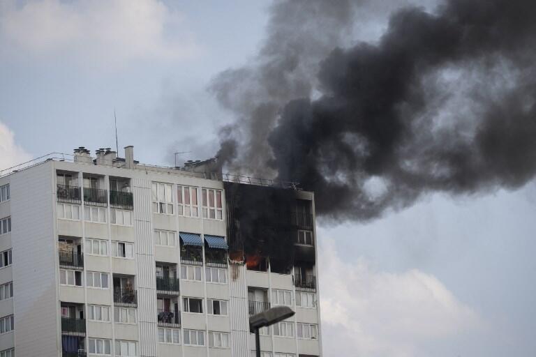 Incêndio atingiu os cinco ultimos andares do prédio na periferia de Paris.