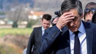 François Fillon, candidato da direita, na tormenta, com vozes pedindo o seu afastamento da corrida às presidenciais em França