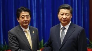 Lãnh đạo Nhật và Trung Quốc tại thuợng đỉnh APEC 2014. Ảnh ngày 10/11/2014