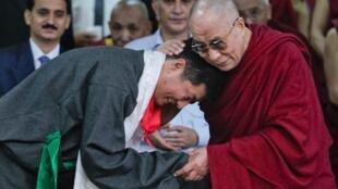 洛桑桑盖宣誓就任西藏流亡政府总理后与主持仪式的达赖喇嘛(右)拥抱2011年8月8日印度北部达兰萨拉。