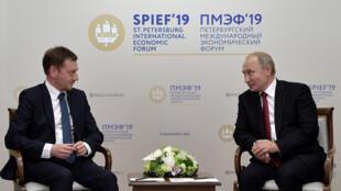 7 июня Владимир Путин провел встречу с главой германской федеральной земли Саксония Михаэлем Кречмером в рамках Петербургского международного экономического форума.