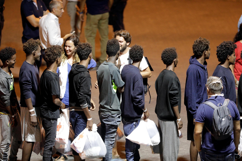 Des migrants secourus du «Diciotti» débarquent du navire, dans le port de Catania, en Italie, le 26 août 2018.