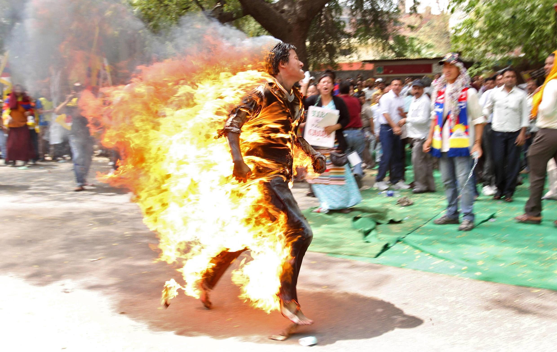 Hình ảnh khủng khiếp của một người tự thiêu đứng dậy đi. Tây Tạng, dân tộc bị thống trị đã phải dùng đến hình thức phản kháng này trước Trung Quốc.