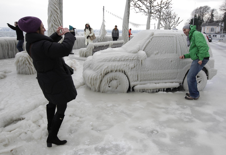 Carros ficam cobertos de neve na Suíça 05/02/2012.