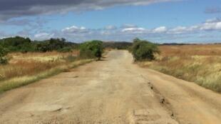 La Route nationale 6 qui mène à Diego-Suarez, tout au nord de la Grande Ile en 2017. Une grande partie du budget débloqué sera dédié à l'entretien du réseau routier (Image d'illustration).