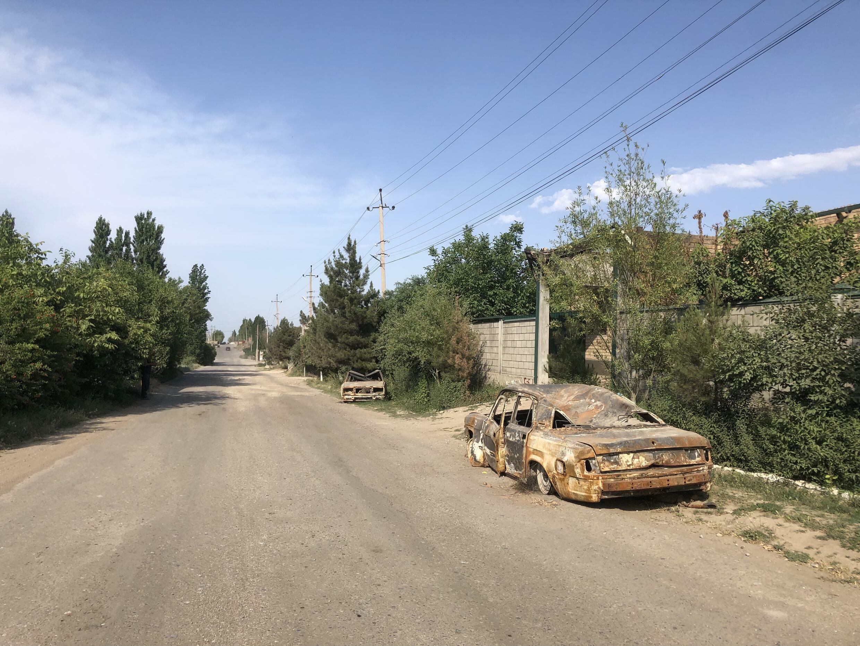 Сгоревшие в результате боевых действий машины жителей села Максат. Баткенская область, Кыргызстан, май 2021 г.