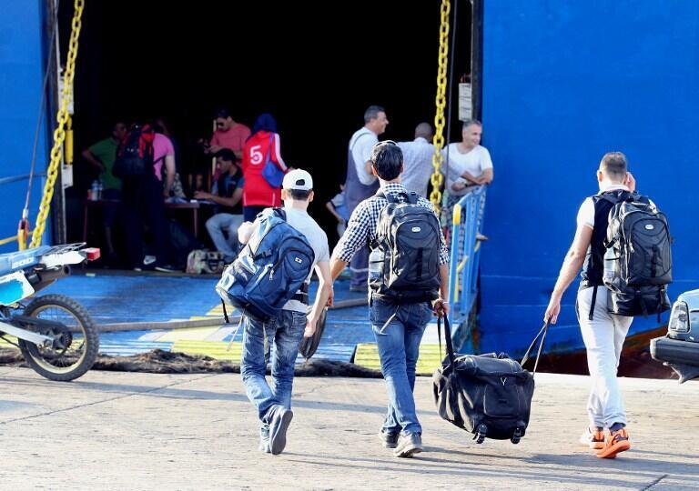 Des réfugiés syriens embarquent sur un ferry au port de Tripoli (nord du Liban) pour aller en Turquie, en octobre 2015.