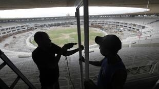 Deux ouvriers travaillent à la rénovation du stade de Maracana, le deuxième plus grand du monde. Avant les JO 2016, il y a encore beaucoup de travail à réaliser.