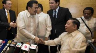 菲律賓內政部長和馬尼拉市長親赴香港對人質事件表示沉痛道歉