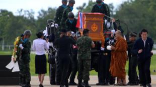Transporte do corpo de Saman Kunan, de 38 anos, ex-membro da Marinha tailandesa que morreu durante operação para salvar os 12 garotos e seu treinador presos em uma caverna. Chiang Rai, Tailândia 06/07/18