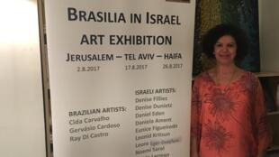 """A artista catarinense Cida Carvalho, na abertura da exposição exposição """"Brasília em Israel""""."""