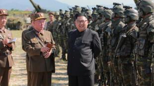 El líder norcoreano Kim Jong Un junto a uniformados del las fuerzas armadas de Corea del Norte durante un concurso de tiro. Sin fecha.