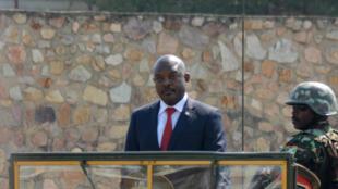 Rais wa Burundi Pierre Nkurunziza akilindwa na askari wake wakati wa sherehe za uhuru wa Burundi.