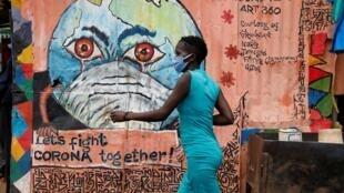 Moja ya mita ya maeneo ya Kibera jijini Nairobi, Kenya, Mei 22, 2020, ambapo watu wametakiwa kuvaa Barakoa katika kudhibiti kuenea kwa virusi vya Corona.