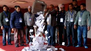 尼泊尔2017年12月7日举行立法选举第二轮投票。选举委员会开始点票工作。