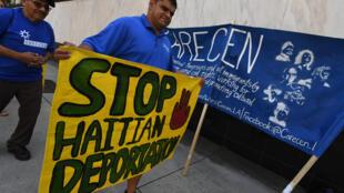 Activista protesta en defensa de TPS el 22 de julio de 2017 en Los Angeles, California.