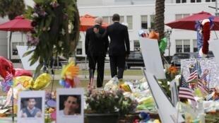 Tổng thống Barack Obama và phó tổng thống Joe Biden tưởng niệm nạn nhân vụ xả súng tại Orlando, ngày 16/06/2016.