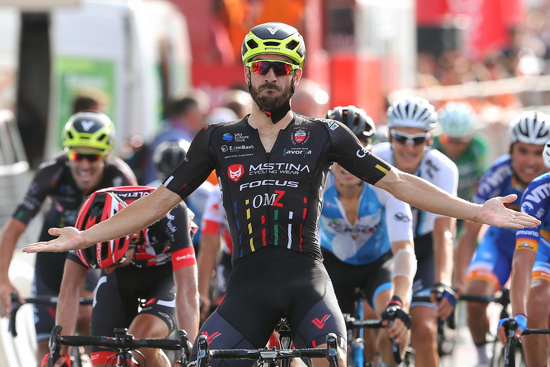 O italiano Riccardo Stacchiotti (centro) da equipa romena MsTina-Focus venceu a primeira etapa da Volta a Portugal.