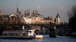 Du thuyền trên sông Seine, Paris. ngày 17/02/2017.
