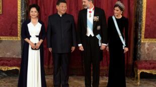11月28日馬德里王宮,習近平夫婦與西班牙國王夫婦。