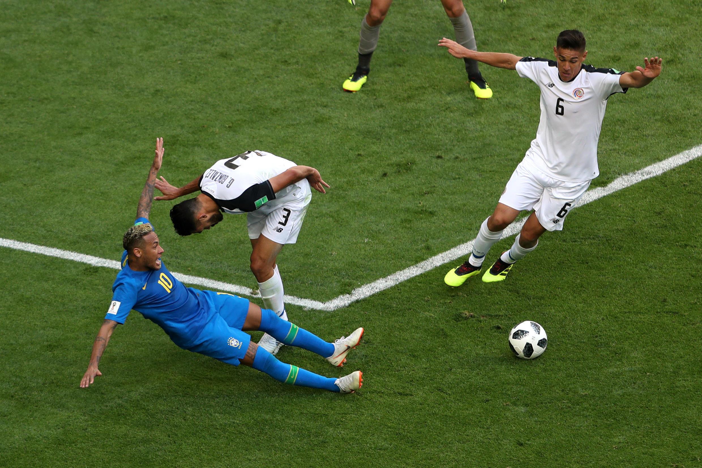 World Cup - Nhóm E - Brazil và Costa Rica. Ảnh Neymar của Brazil bị đốn ngã, ngày 22/06/2018.