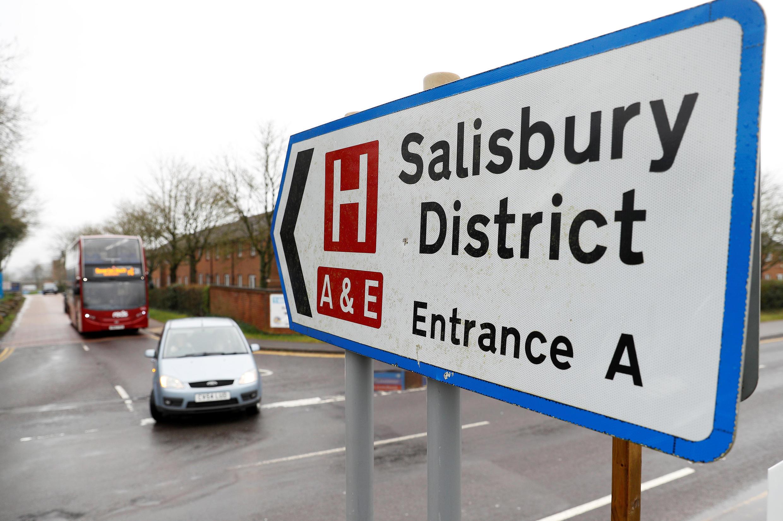 Placa indica entrada para Hospital do Distrito de Salisbury, onde se encontram as vítimas de possível envenenamento.