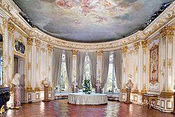 在別墅一層舉行巴黎最豪華的舞會,而別墅二層則是他們夫婦二人向他們的密友展示收藏品的藝術廳。
