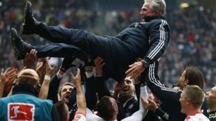 'Yan wasan Bayern Munich sun daga kocinsu sama a lokacin da suke murnar lashe kofin Bundesliga a karshen mako